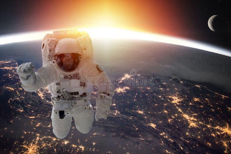 Tierra y astronauta del planeta fotografía de archivo libre de regalías