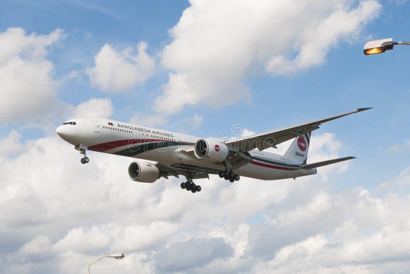 Tierras de Boeing de los ailines de Bangladesh en el aeropuerto de Heathrow foto de archivo libre de regalías
