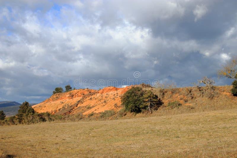 Tierras ocres rojas o marga ocre en Corbieres, Francia foto de archivo