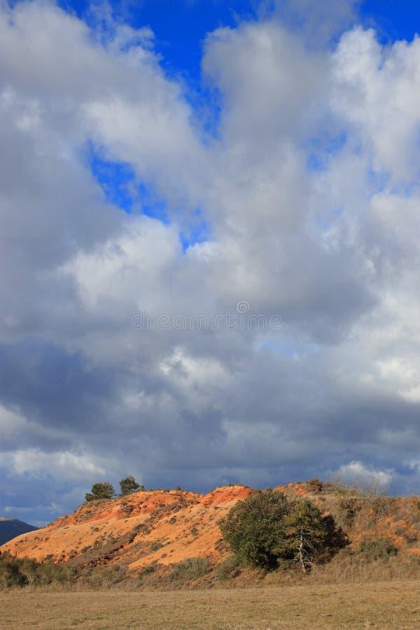 Tierras ocres rojas o marga ocre en Corbieres, Francia imagenes de archivo