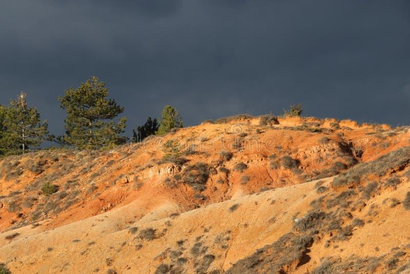 Tierras ocres rojas o marga ocre en Corbieres, Francia fotos de archivo libres de regalías