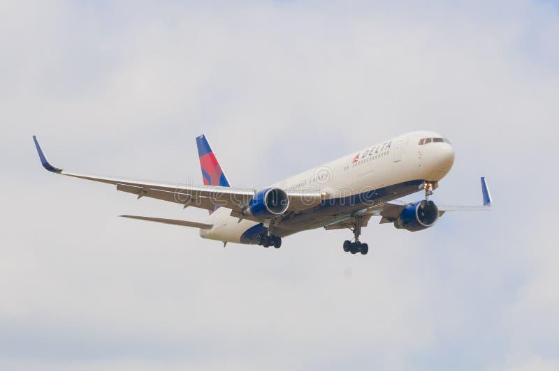 Tierras planas de Delta Airlines en el aeropuerto de Pisa que llega de Nueva York foto de archivo