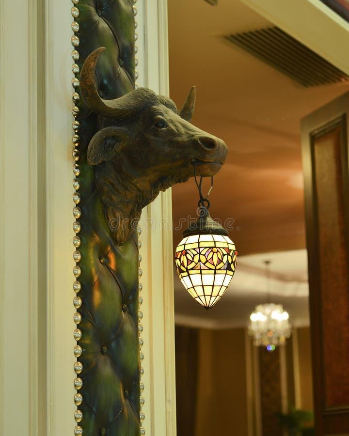 Tiffany-het aansteken en het hoofdbeeldhouwwerk van de stier stock foto's