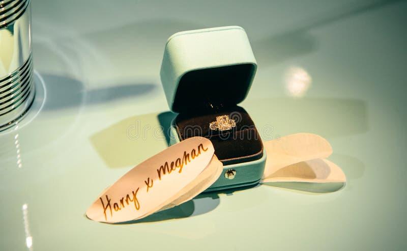 Tiffany i Co luksusowy diamentowy pierścionek z thext ext zdjęcia royalty free