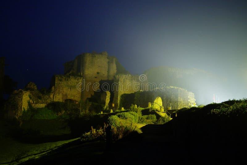 Tiffauges - o castelo medieval na noite fotografia de stock royalty free
