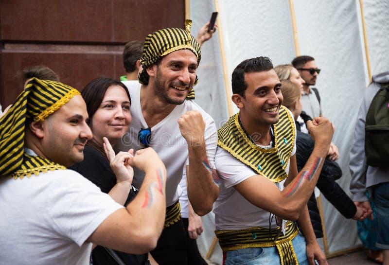 Tifosi egiziani sulla via di Nikolskaya a Mosca concentrare immagine stock