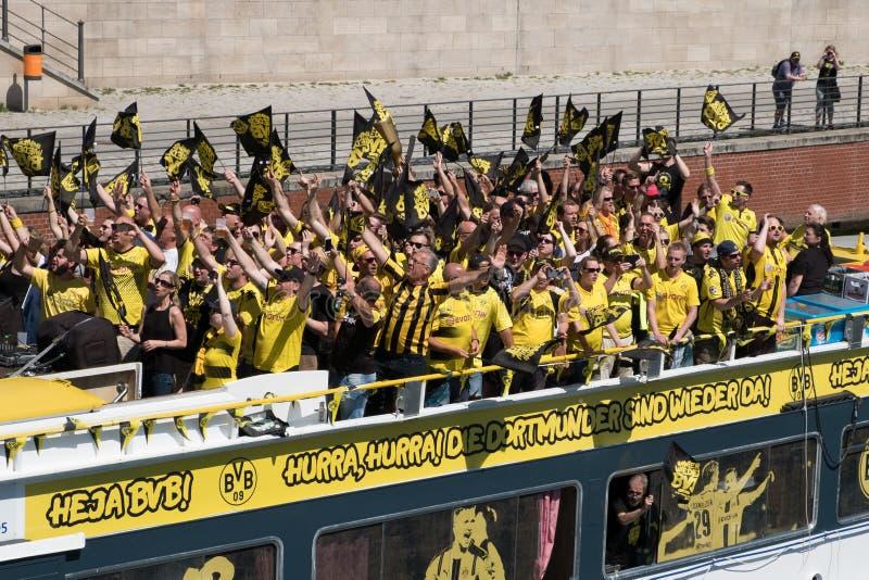 Tifosi tedeschi del Borussia Dortmund di BVB il giorno del fotografie stock