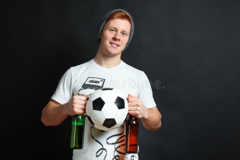 Tifoso con birra e la palla fotografia stock