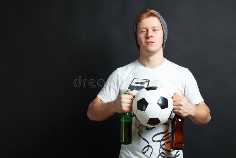 Tifoso con birra e la palla fotografie stock