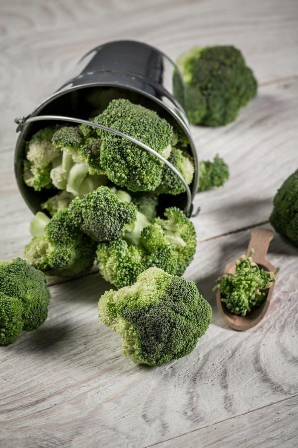 Tigela com brócolis verde fresco na mesa Brócolis Raw Verde Saudável imagem vertical foto de stock