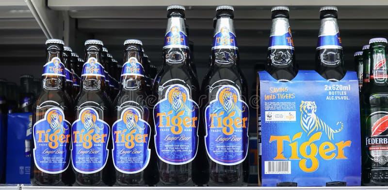 Tiger Beer på lagerhylla i supermarket Det lanserade i 1932, tiger som öl blev Singapore arkivbild