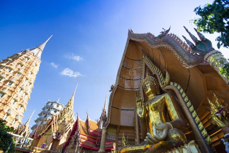 Tiger Cave Temple Wat Tham Sua em Kanchanaburi, popular com turistas e estrangeiros fotos de stock royalty free