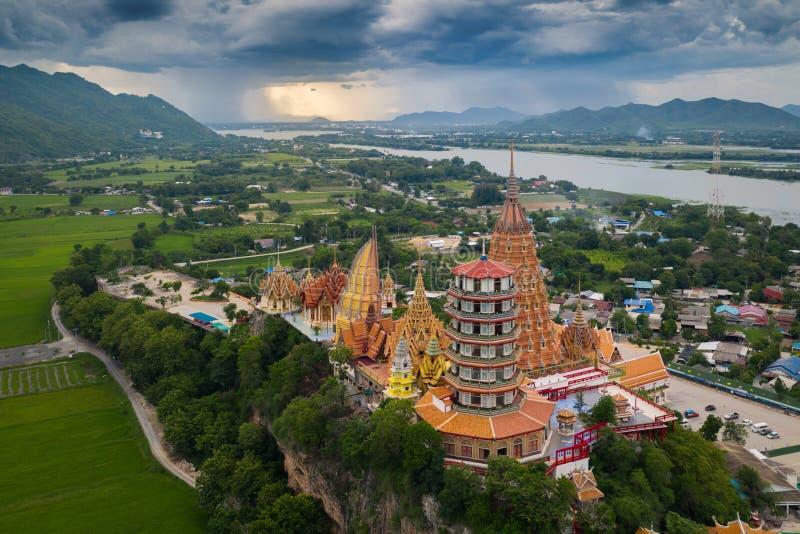 Tiger Cave Temple Wat Tham Sua in Kanchanaburi, Thailand is een mooie dag, zodat is het zeer populair met toeristen en vreemdelin royalty-vrije stock afbeelding