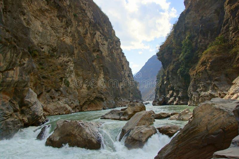 Tiger Leaping Gorge (hutiaoxia) nära Lijiang, Yunnan landskap, Kina arkivbild