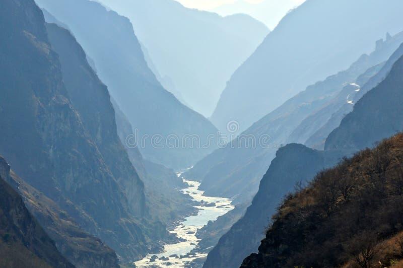 Tiger Leaping Gorge (hutiaoxia) vicino a Lijiang, Yunn immagine stock