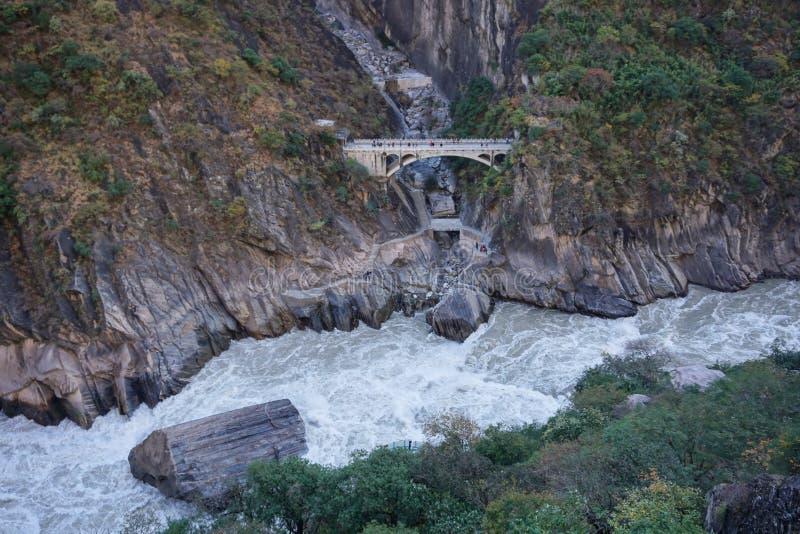 Tiger Leaping Gorge i Lijiang, Yunnan landskap, Kina fotografering för bildbyråer