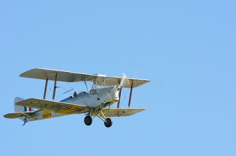 Tiger Moth Biplane em voo fotografia de stock