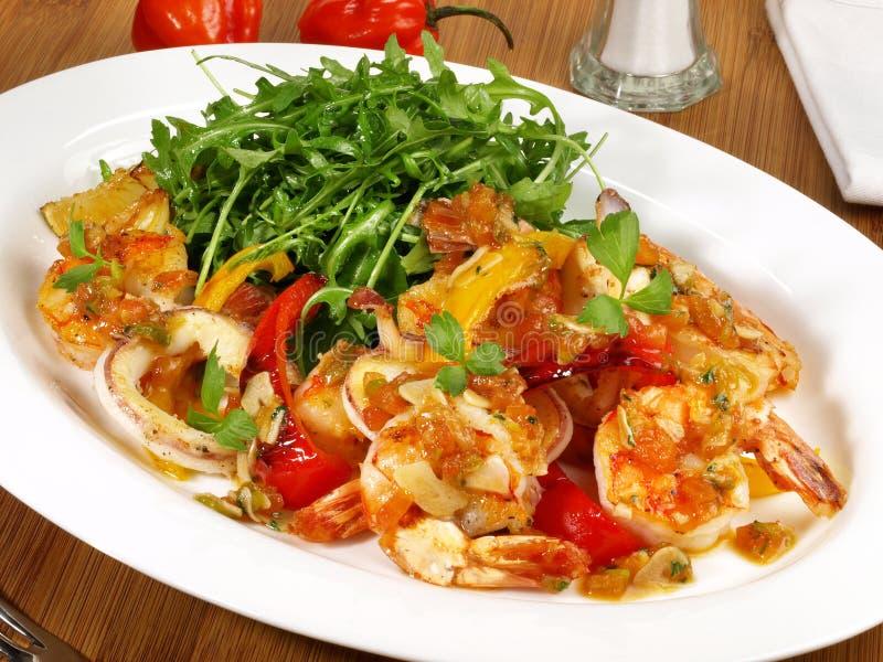 Tiger Prawns com tomate e salada imagem de stock royalty free