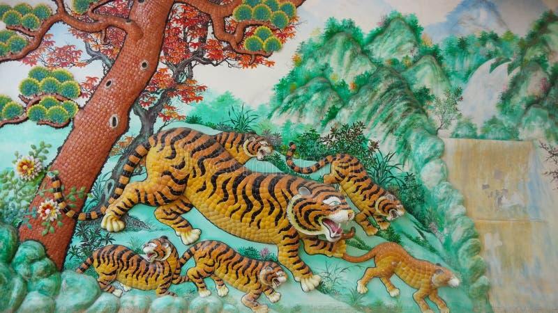 Tiger Sculptures no templo chinês, Chonburi, Thailan foto de stock