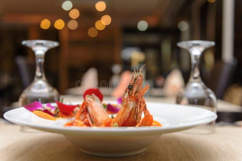 Tiger Shrimp preto cozinhado na placa branca na tabela do restaurante fotografia de stock