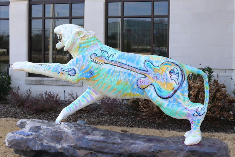 Tiger Statue mit Gitarren-Wandgemälde lizenzfreie stockfotografie