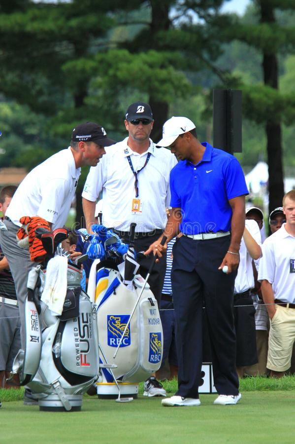 Tiger Woods attend pour frapper images stock