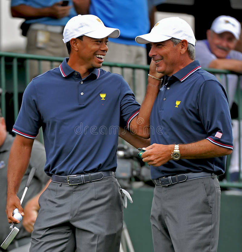 Tiger Woods i Fred Couples, 2013 prezydenta filiżanka obrazy stock