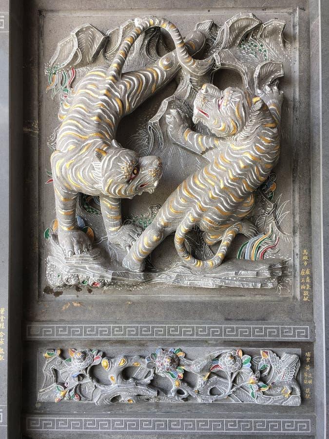 Tigern snider stenen royaltyfri bild