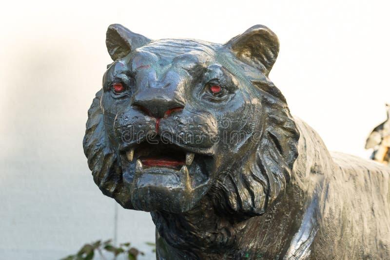 Tigerskulptur auf einem hellen Hintergrund Hauptnahaufnahme stockbild