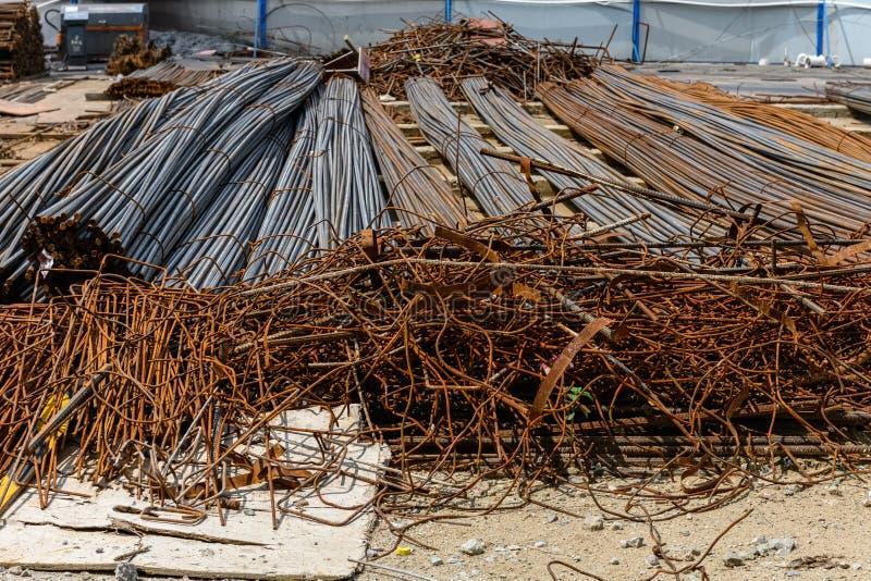 Tiges de fer sur la terre photographie stock
