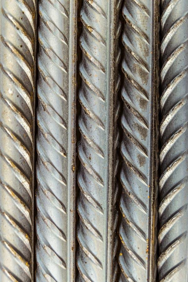 Tiges en acier de barres de renforcement avec le profil périodique, se trouvant verticalement photo stock