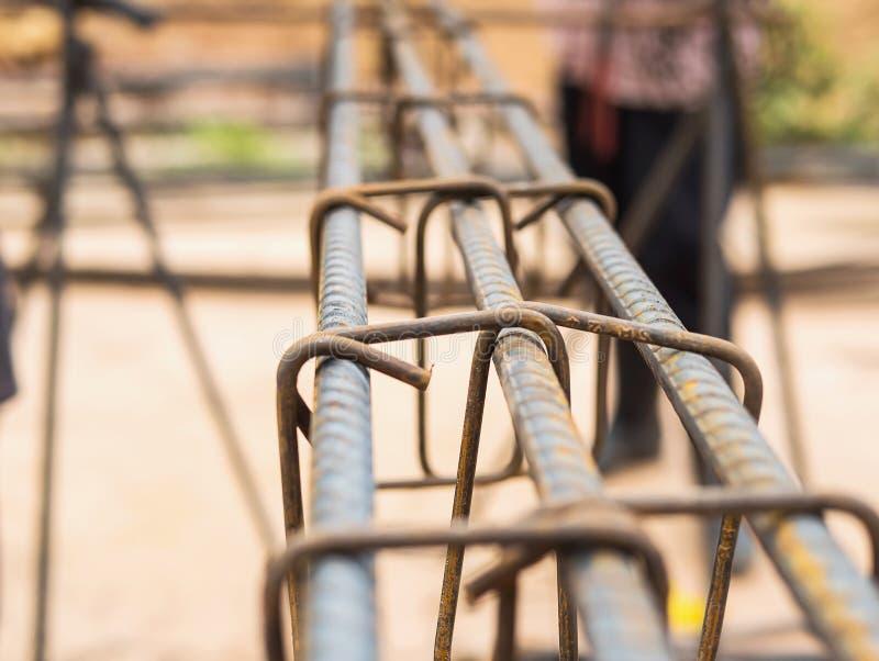 Tiges en acier focalisées sélectives dans la colonne de béton armé image libre de droits