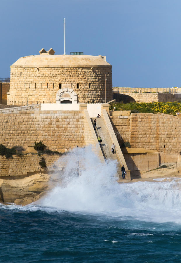 Tigne punkt, Malta, z fala rozbija na brzeg fotografia stock