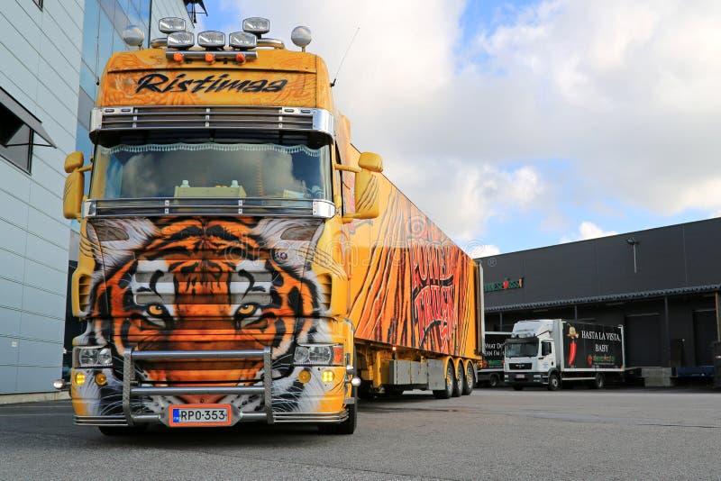 Tigre de camion d'exposition de Scania R620 à un entrepôt image libre de droits