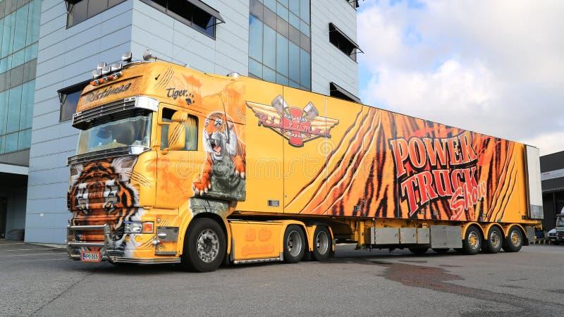 Tigre de camion d'exposition de Scania R620 à un entrepôt photographie stock