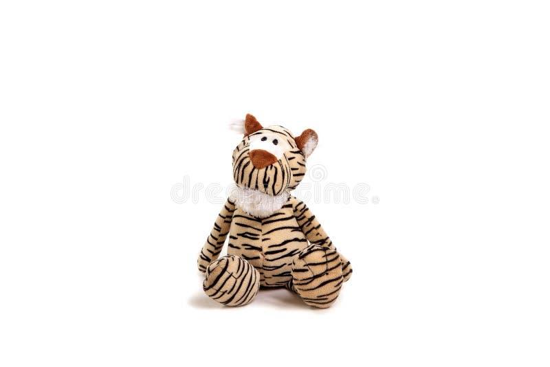 Tigre macio do brinquedo do bebê que senta-se no fundo branco foto de stock