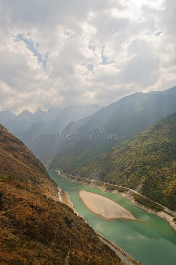 Tigre sautant la gorge, yunnan, porcelaine photo stock