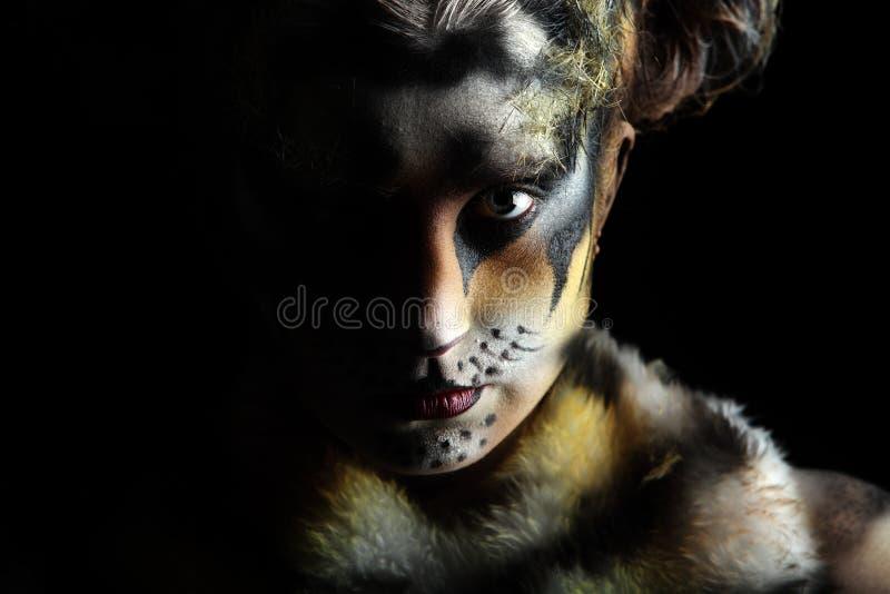 Tigresa en la oscuridad imagen de archivo libre de regalías