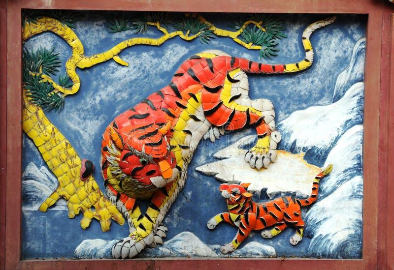 Tigri cinesi del particolare della parete del tempiale fotografie stock libere da diritti