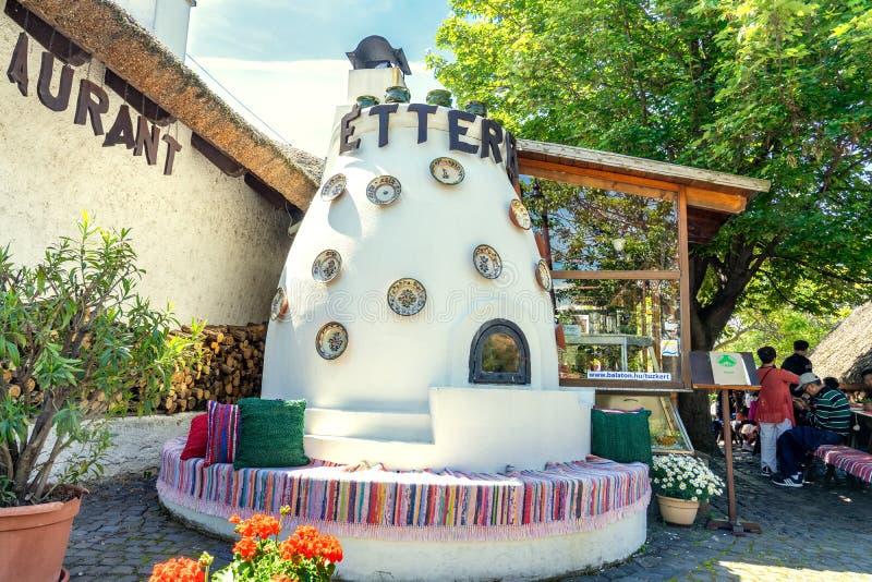 Tihany, Венгрия - 25 05 2018: традиционная на открытом воздухе печь в ресторане Tűzker Firegarden на озере Balaton стоковая фотография rf