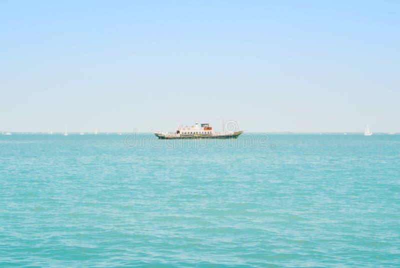 TIHANY, HUNGRIA - 5 DE AGOSTO DE 2017: Balsa turística f do navio de cruzeiros imagens de stock