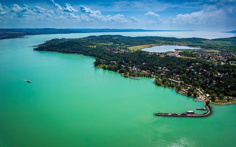 Tihany, Hungria - vista panorâmica aérea do lago Balaton com o monastério do licor beneditino imagens de stock royalty free