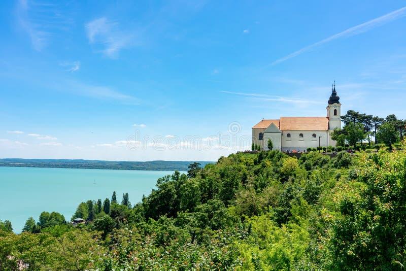 Tihany kyrklig abbotskloster på kullen på sjön Balaton arkivbilder