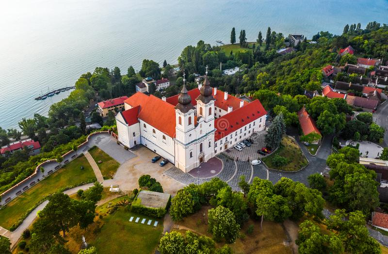 Tihany, Ungarn - Luftbrummenansicht des schönen apatsag Benediktiner Tihany Abbey Tihanyi bei Plattensee lizenzfreies stockbild