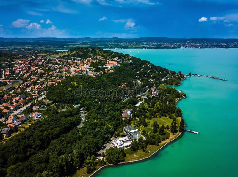 Tihany Ungern - flyg- panoramautsikt av sjön Balaton med den BenedictineklosterTihany abbotskloster, Tihanyi Apatsag royaltyfri fotografi