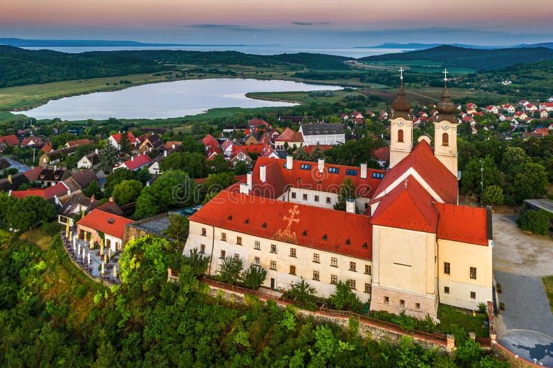 Tihany Ungern - flyg- surrsikt av den berömda Benedictine kloster av den Tihany Tihany abbotskloster med den inre sjön royaltyfri foto
