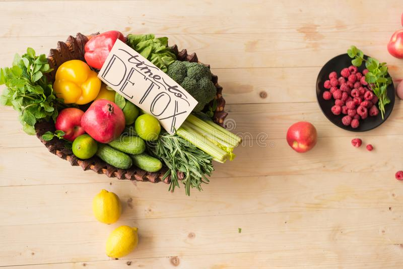 tijd aan detoxkaart en gezond voedsel royalty-vrije stock foto's