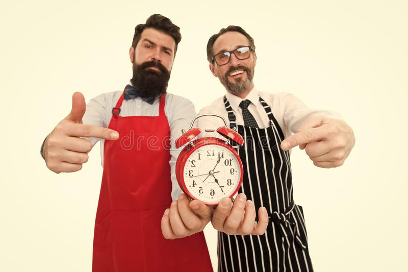 Tijd Cook Mensen die op wekker richten Mensen gebaarde hipster en de rijpe witte achtergrond van de chef-kokschort Kokdiner Wij royalty-vrije stock foto