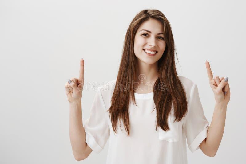 Tijd gelukkig te zijn Portret van het knappe gewone Kaukasische vrouw benadrukken met wijsvingers en cheerfully het glimlachen royalty-vrije stock afbeeldingen