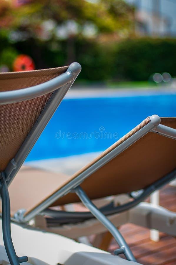 Tijd om door de pool te ontspannen en te koelen stock fotografie